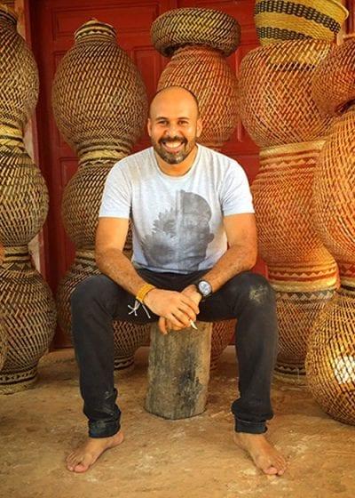 As peças de Sérgio J Matos exploram fibras naturais, algodão colorido e nylon, em meio a diversas técnicas junto com estruturas de inox, aço, madeira, MDF e alumínio, que ajudam a dar forma aos produtos