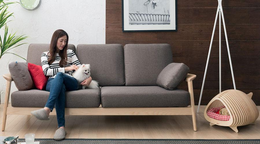 """A Casa BBung-a do estúdio de design coreano POTE, é um """"esconderijo"""" de madeira compensada, cuja forma original é inspirada na estrutura de espinhas"""