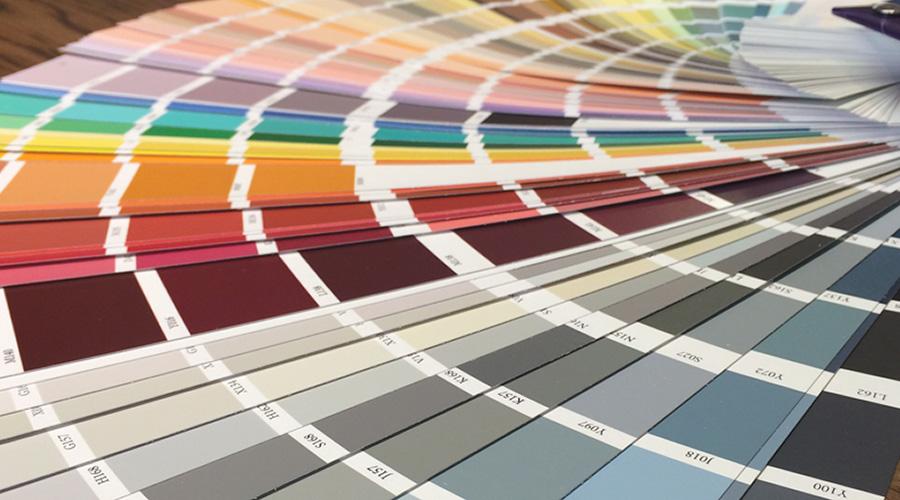 Para garantir a oferta de cores em diversas linhas de produtos, a Sayerlack conta com o sistema Tintométrico Sayersystem