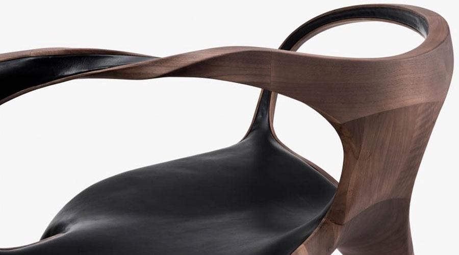 Cadeiras são ligadas por braços torcidos