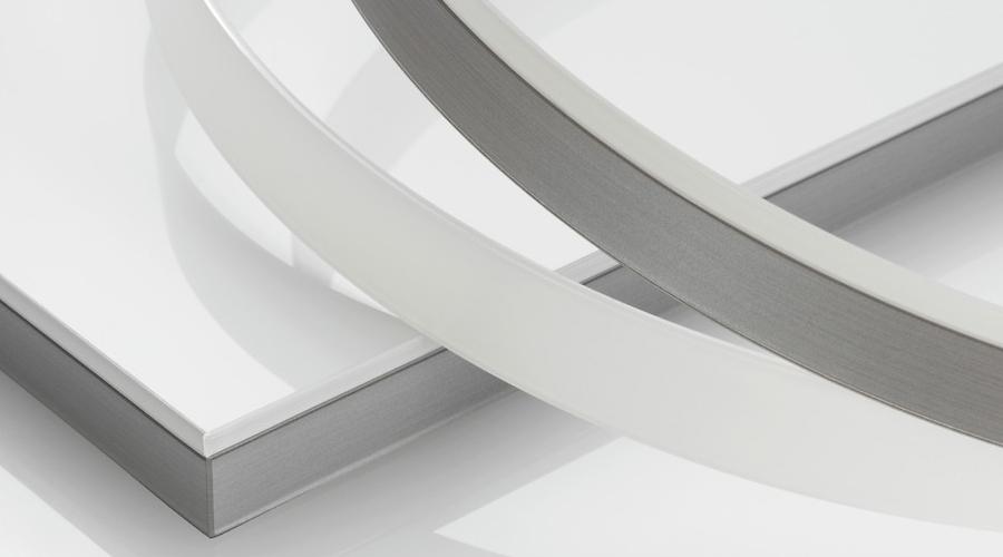 A REHAU sugere a incorporação de fitas de bordas premium, como a RAUKANTEX Magic. A coleção está disponível com acabamentos em aço escovado e alumínio