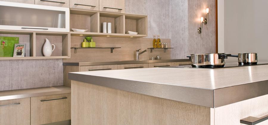 Fabricantes, marceneiros e arquitetos podem fabricar móveis originais ao incorporar fitas de borda premium com acabamentos em aço escovado e alumínio. REHAU oferece RAUKANTEX Magic