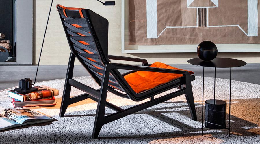 Cadeira D.156.3, da Molteni. Reeditada, a nova estrutura é feita de madeira com ligeiras assimetrias e acabamentos preto envernizado semigloss