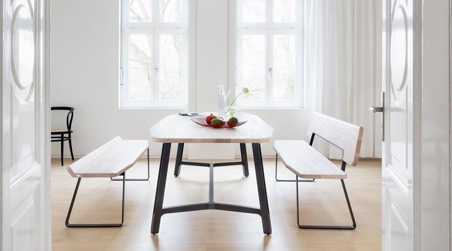 Mesa de jantar S 1090, da Thonet GmbH. Grande e robusta, tem madeira maciça no tampo e nos bancos