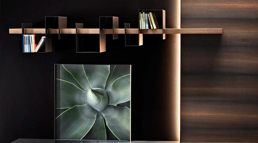 Da italiana Ronda Design, a biblioteca Agulha e Linha conta com prateleira de madeira e intervalos metálicos customizáveis
