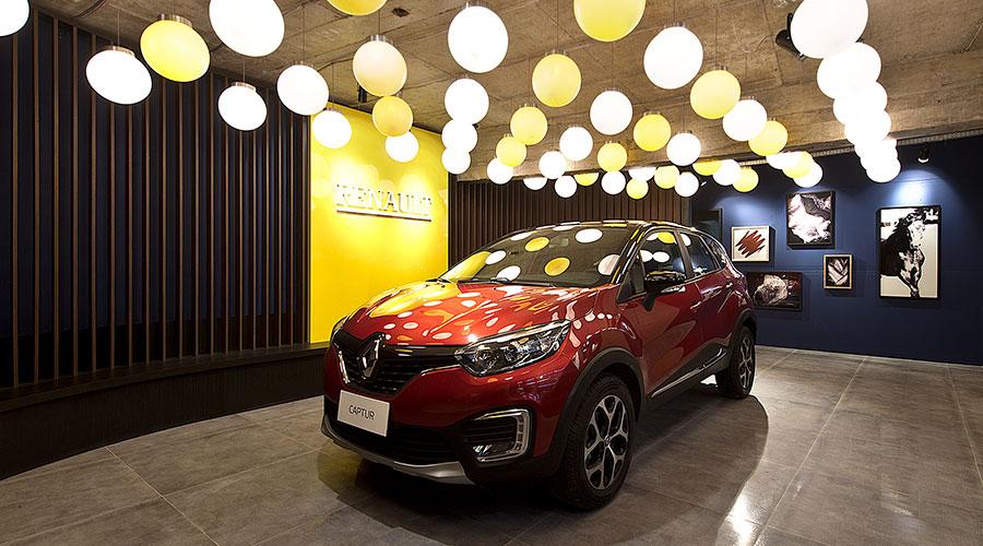 Fazendo uso de um projeto luminotécnico e painéis de madeira, Bruno Colle buscou um novo status para a área de garagem – Lounge Renault
