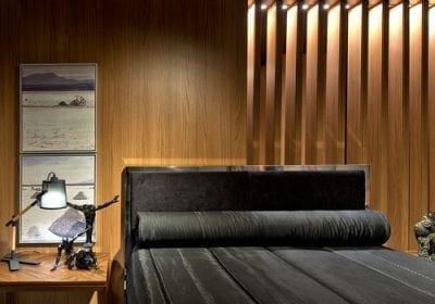 A mescla de estilos, conceitos e materiais é comum em mostras de arquitetura e decoração, como na Casa Cor. Mas chama a atenção a aplicação de painéis de madeira nos ambientes