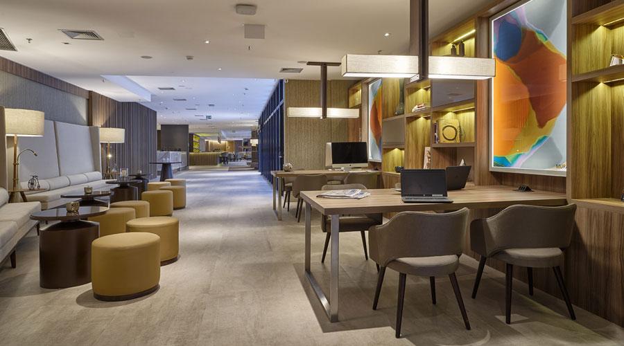 Painéis de MDF nos padrões Savana e Jauzi da Guararapes foram a escolha da marcenaria para o lobby, bistrô bar e lounge do AC Hotel by Marriott Barra da Tijuca