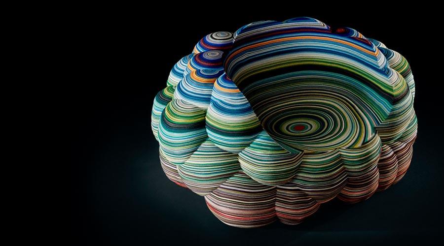 Um bom exemplo da tendência de camadas marmorizadas é a Layers Cloud Chair de Richard Hutten para a Kvadrat