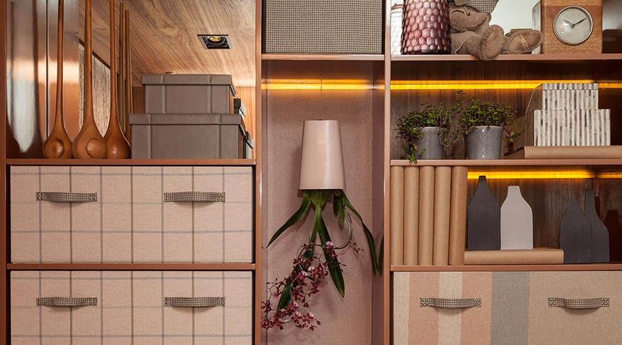 As cores metalizadas que despontam nos projetos de móveis e interiores são diversas