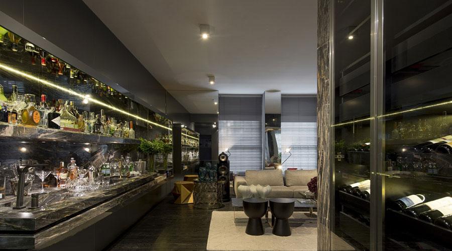Living Bar, projetado pelo arquiteto Tufi Mousse e pela designer Nádia Muller traz lacas metalizadas na marcenaria