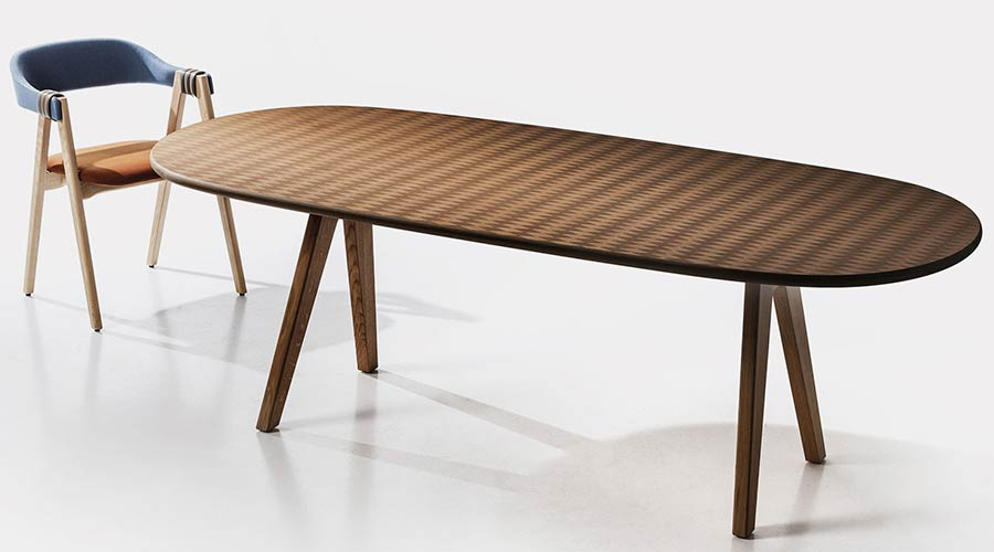 A inspiração para uma das coleções de lâminas de madeira criada por Fernando e Humberto Campana, em 2016, veio da Amazônia. Revestimento foi usado pela Moroso