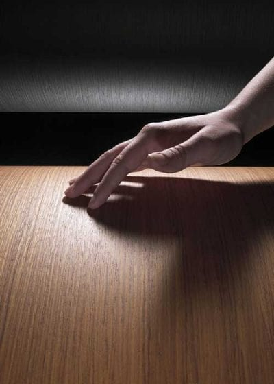 Diversidade de desenhos, texturas e cores das lâminas de madeira permitem compor projetos sofisticados de móveis e interiores. Acabamentos da Sayerlack ajudam a proteger e realçar tons e veios