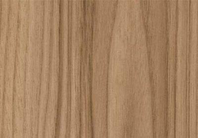 Tonalidade e movimento dos veios da madeira chamam atenção de arquitetos e marceneiros para o painel de MDF Nogal Champagne, da Guararapes