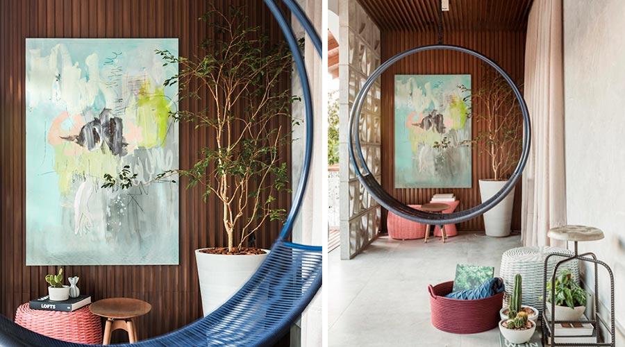 Painel ripado também se faz presente no teto e parede do ambiente Balcony, da arquiteta Carla Grüdtner, com o padrão Castanho, da Arauco