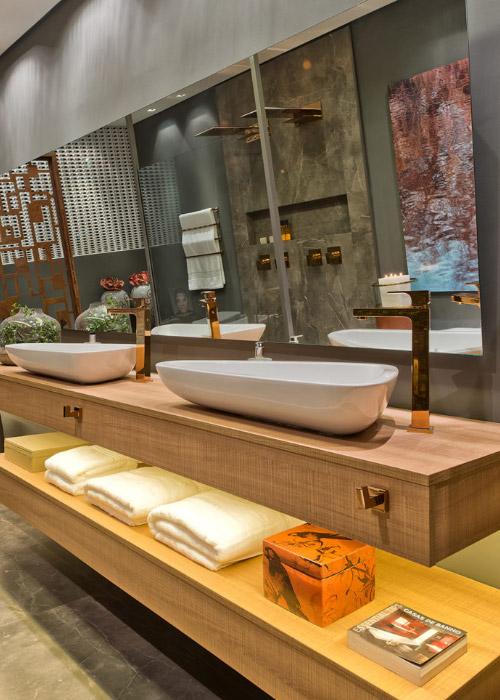 Por ser um painel de madeira com resistência extra, o MDP Plus é menos suscetível ao empenamento e a outros problemas decorrentes do vapor ou absorção de líquidos nos banheiros