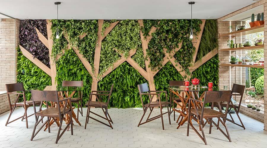 A integração da madeira com o paisagismo ganha espaço no ambiente Tea Lab, na Casacor SP. Painéis no padrão Carvalho Hanover ajudam a criar um jardim vertical