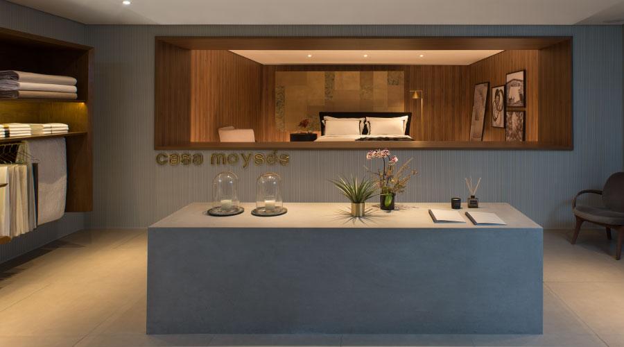 Combinar cores e madeira ajuda a criar uma proposta sofisticada. Studio 011 Arquitetura combina o tom cinza com a rusticidade do padrão Nogueira Cadiz, da Duratex, na Casacor SP