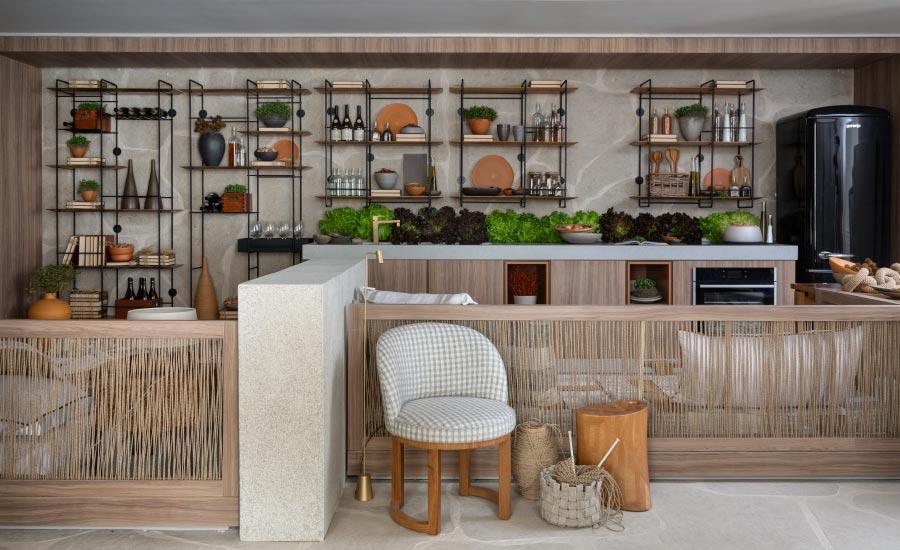 Na Casa Munir, da Très Arquitetura na Casacor SP, áreas íntimas, de living e jantar, se harmonizam. projeto traz painéis de madeira no padrão Larnaca, da Duratex / Schattdecor