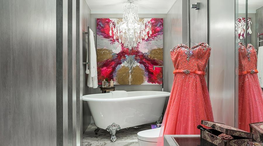 No revestimento do banheiro está o padrão Santorini, que reproduz cimento queimado. Padrão da Guararapes / Schattdecor na Casacor