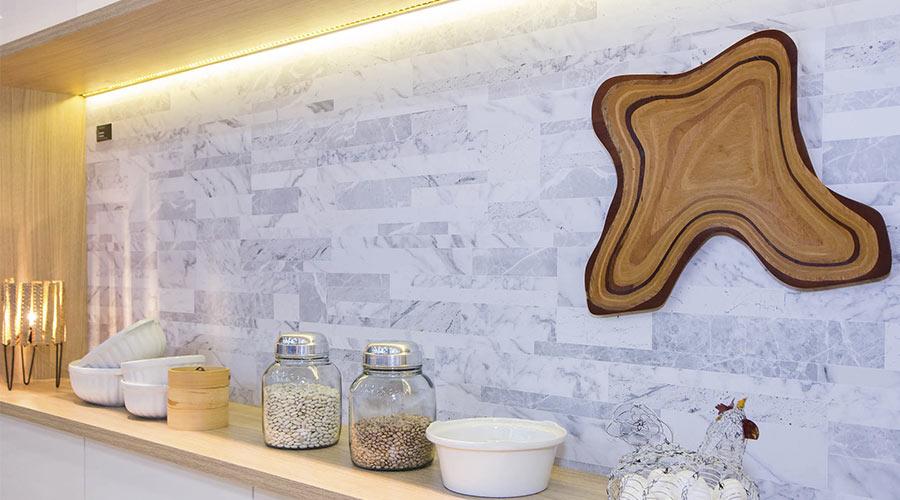A Duratex apostou em um estilo clean e que também valoriza a presença de pedras nos ambientes com o padrão Calacata, disponível na Linha Essencial